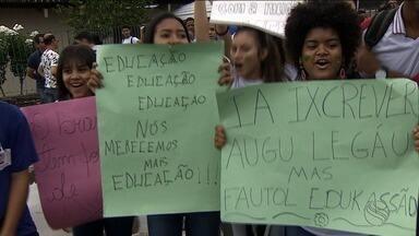 Estudantes de escola em tempo integral realizam protesto contra falta de estrutura - Secretaria de Estado da Educação diz que estado já possui dinheiro para realizar investimentos na melhoria das escolas.
