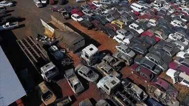 Incêndios criminosos destroem mais de 20 veículos em 2 cidades mineiras - Os crimes ocorreram em Monte Carmelo e Uberlândia.