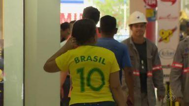 Jogos do Brasil na Copa vão alterar rotina de serviços públicos e privados em Macapá - Órgãos públicos terão meio expediente em dias de partidas da seleção. Bancos também vão reduzir e jornada de trabalho.