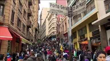 Comércio aposta no clima de copa para vender e driblar a crise - A 25 de Março ficou lotada na véspera da estreia do Brasil.