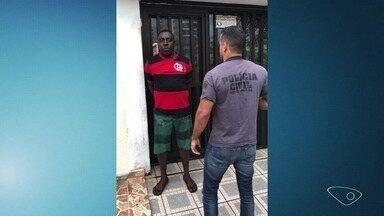 Suspeito de chefiar tráfico em comunidades do RJ é preso no ES - Ele é apontado como um dos chefes do tráfico em duas comunidades de Macaé (RJ) e do Morro do Urubu, na Zona Norte do Rio. Prisão aconteceu em Guarapari, durante operação conjunta das polícias dos dois estados.