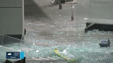 Polícia começa a ouvir reféns no assalto a banco no Cachambi - A polícia começou a ouvir hoje à tarde as vítimas da explosão a caixas eletrônicos na agência do Banco do Brasil, no Cachambi, Zona Norte do Rio. Trinta pessoas foram mantidas reféns.