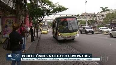 Passageiros da Ilha do Governador mofaram no ponto neste sábado - A justiça apreendeu quase 100 ônibus da empresa Paranapuan, uma das principais linhas que atendem o bairro.