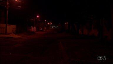 Moradores reclamam de falta de iluminação em ruas de Curitiba - Vários bairros da capital têm lâmpadas queimadas