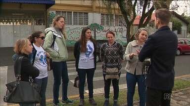 Pais reclamam que escolas municipais estão trocando tutores por estagiários nas salas - A reclamação foi parar no Ministério Público.