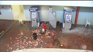 Bandidos rendem reféns e explodem caixa eletrônico na Câmara Municipal de Teresina - Bandidos rendem reféns e explodem caixa eletrônico na Câmara Municipal de Teresina