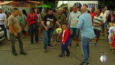RJ Inter TV1 promove concurso de embaixadinha em praça de Itaperuna, no RJ - Assista a seguir.