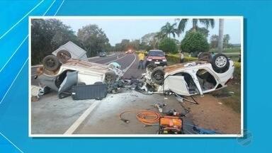 Carros batem de frente e duas pessoas morrem na BR-262 - Acidente foi em Miranda, segunda-feira (18). Duas pessoas ficaram feridas.
