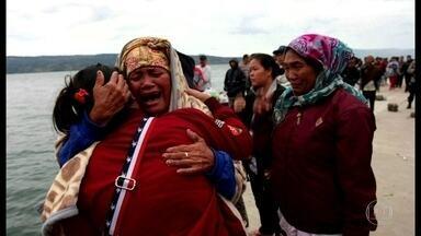Naufrágio na Indonésia deixa 128 desaparecidos - Balsa superlotada navegava num lago na ilha de Sumatra. Até agora 18 pessoas foram resgatadas com vida