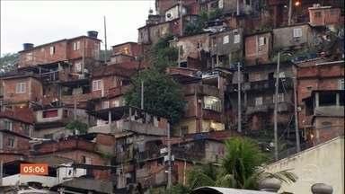 Tiroteios são registrados em quatro comunidades do Rio de Janeiro - Moradores do Rio de Janeiro enfrentaram mais um dia de medo por causa da violência. Uma delas foi a comunidade do Morro Dona Marta, primeira favela a receber uma Unidade de Polícia Pacificadora (UPP), há quase dez anos.