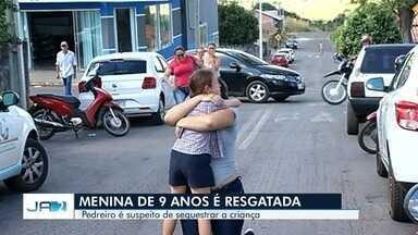 Menina é resgatada pela polícia após sequestro em Caiapônia - Ela reencontrou a mãe após dois dias no mato sem comer.