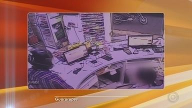Câmeras de segurança registram assalto a farmácia em Guararapes - A Polícia Civil procura por um homem suspeito de roubar à mão armada uma farmácia na noite desta quarta-feira (20), no Centro de Guararapes (SP).