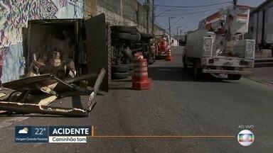 Caminhão com frango e batata fica tombado durante a manhã em SP - Acidente foi no acesso à Ponte dos Remédios, na Marginal Tietê no sentido Castello Branco.