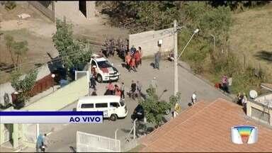 PM faz operação para desocupar área invadida na zona norte de São José - Cerca de 75 famílias sem-teto vivem em área invadida no bairro Altos de Santana.