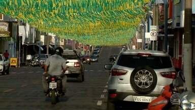 Em clima de Copa do Mundo, avenida de Pacaembu é enfeitada de verde e amarelo - Via pública recebeu decoração nas cores da bandeira do Brasil.