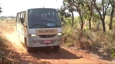 Ministério Público de MS pede explicações sobre situação de ônibus escolar - Veículo parou sobre os trilhos, em Inocência, e foi atingido por trem. Ocupantes saíram antes da batida.