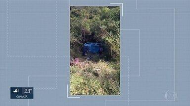 Acidente de trânsito deixa dois mortos na PE-120, no Agreste - Pneu de uma van estourou e veículo caiu na ribanceira, deixando feridos.