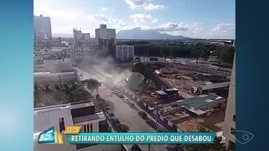 Máquinas e funcionários limpam área onde torre de antigo hotel desabou, em Vitória - Bloco de concreto caiu sobre caminhão e carro que estavam estacionados. Um homem, que estava dentro do carro, sofreu apenas ferimentos leves.