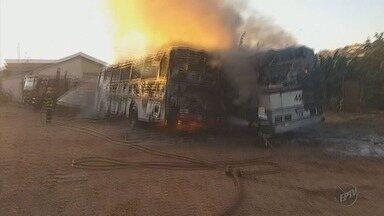 Dois ônibus são queimados em ataques em Elói Mendes (MG) - Dois ônibus são queimados em ataques em Elói Mendes (MG)
