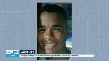 Colegas de escola fazem homenagem a Guillerme Pereira natal, de 14 anos - O jovem foi morto na semana passada, por bandidos que passaram atirando. A Divisão de homicídios investiga o caso mas não tem pistas dos assassinos.