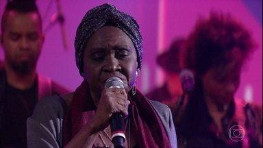 """Áurea Martins canta """"The Man I Love"""" - Cantora foi uma das estrelas reveladas pelo programa Grande Chance"""