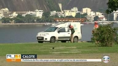 A Light cortou o fornecimento de energia de prédios da Prefeitura do Rio - O motivo foi a falta de pagamento. A prefeitura deve cerca de R$ 70 milhões a Light.