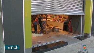 Loja de perfumaria é arrombada com carro em marcha-ré, em Campina Grande, PB - Vários perfumes foram roubados. Não havia dinheiro na loja no momento do assalto.