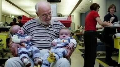 Conheça doador de sangue que pode ter salvo quase 2,5 milhões de bebês - O plasma do sangue do australiano James Harrison é especial porque tem o anticorpo Anti-D.Reportagem também encontra superdoadores no Brasil.
