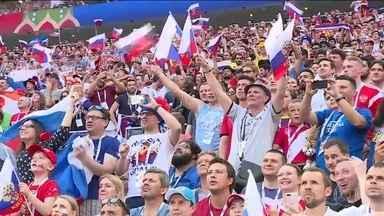 Fan Fest em Moscou lota após classificação da Rússia - Os russos jamais haviam chegado tão longe numa copa desde o fim da União Soviética.
