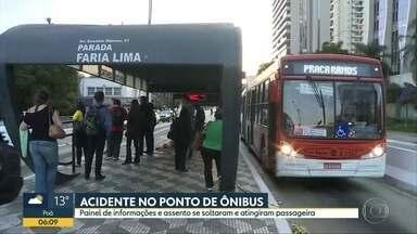 Parte de ponto de ônibus cai em passageira, na zona oeste de SP - Caso foi na Avenida Eusébio Matoso.