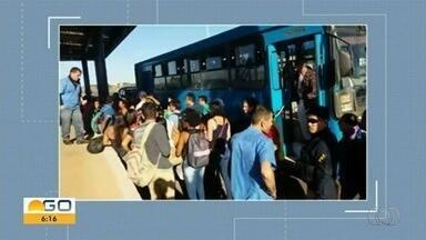 PRF apreende ônibus que fazia transporte irregular de passageiros na BR-070 - Veículo tinha a mesma cor de uma empresa do transporte regular.
