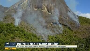 Bombeiros tentam controlar incêndio no Parque Nacional da Serra dos Órgãos - Fogo começou com uma queimada numa área de mata em Petrópolis.