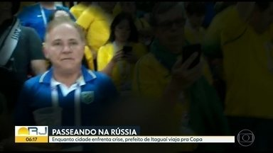 Prefeito de Itaguaí é flagrado curtindo a Copa do Mundo na Rússia - Enquanto o prefeito e a mulher dele, que é secretária de Educação, curtem a Copa, a rede de saúde sofre problemas e um grupo estudantes não tem transporte.