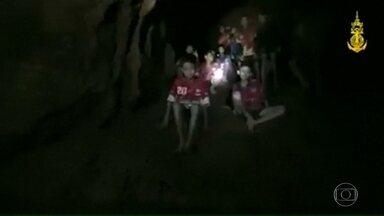 Drama de garotos em caverna da Tailândia pode durar meses - 12 garotos e o técnico de futebol deles foram localizados depois de 9 dias. Mas inundação impede a retirada do grupo.