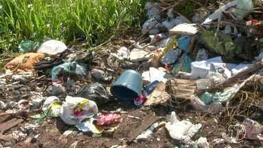 Moradores denunciam o descarte irregular de lixo em ruas no bairro Vitória Régia - Pelo menos duas ruas estão servindo como depósito de lixo jogado por pessoas de outros bairros. Situação têm acarretado problemas aos moradores.
