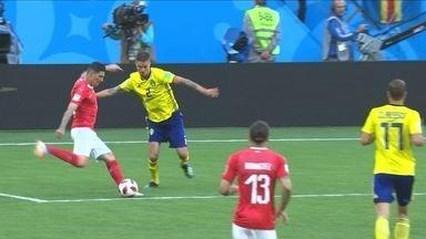 Zuber tenta bater colocado, mas bola vai no meio, e Olsen encaixa, aos 7' do 1º tempo - Zuber tenta bater colocado, mas bola vai no meio, e Olsen encaixa, aos 7' do 1º tempo