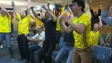 Suécia bate a Suíça, avança na Copa e torcedores fazem a festa em SP - Grupo de suecos se reuniu na região central para assistir confronto válido pelas oitavas da Copa.