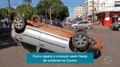 Motoristas e passageiros saem ilesos de acidente no Centro de Campo Grande - Carros bateram e um deles capotou. Crianças e bebê estavam com dispositivo de segurança.