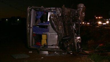 Motorista de 42 anos morre após batida entre ônibus e caminhão, em Marialva - A vítima era motorista do ônibus que levava pacientes de Curitiba para várias cidades na região de Umuarama.