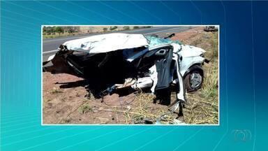 Carro é partido ao meio em acidente na BR-153 em Colinas do Tocantins - Carro é partido ao meio em acidente na BR-153 em Colinas do Tocantins