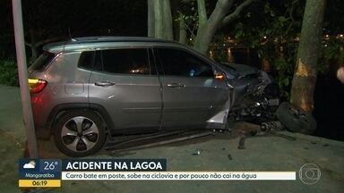 Carro bate em poste e invade ciclovia, na Lagoa - O acidente, na madrugada desta sexta-feira (6), aconteceu na Avenida Borges de Medeiros, na altura da sede náutica do Vasco da Gama. Ninguém ficou ferido.