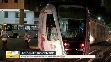 Ônibus e VLT batem no Centro do Rio - O acidente aconteceu na Avenida Presidente Vargas, na altura da Candelária. Não há registro de feridos. A concessionário que opera o VLT informou que vai levar o veículo danificado para a manutenção.