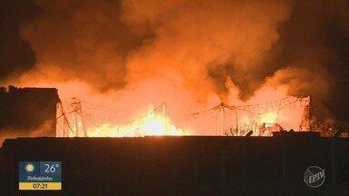 Galpão de reciclagem pega fogo em Hortolândia - Local fica às margens da Rodovia SP-101.