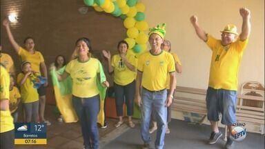 Família de Ribeirão Preto prepar churrasco para torcer pelo Brasil na Copa do Mundo - Rua Apeninos, no bairro Ipiranga, foi pintada com as cores da bandeira brasileira.