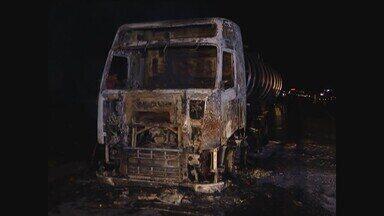 Carreta carregada com óleo vegetal pega fogo na BR-050 no Triângulo Mineiro - Incêndio foi próximo ao km 60. Motorista inalou fumaça e recebeu atendimento.