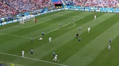 Zaga do Uruguai dá chega para lá em Giroud que fica sentindo a 1 do 1º tempo - Zaga do Uruguai dá chega para lá em Giroud que fica sentindo a 1 do 1º tempo