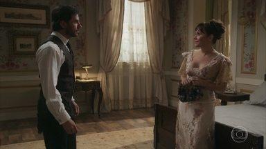 Susana se encontra com Xavier no hotel - Ele pretendia rever o plano para destruir Julieta, mas não resiste a Susana