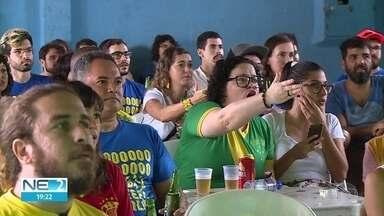 Pernambucanos se reúnem no Clube Vassourinhas de Olinda para torcer pelo Brasil - Torcida se reuniu com feijoada e samba.