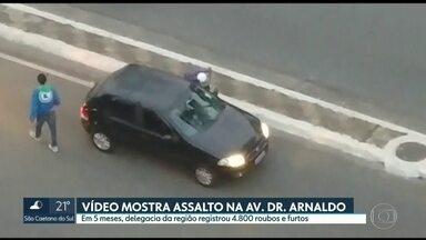 Veja o flagrante de assalto em uma das regiões mais movimentadas da capital - A insegurança na avenida Doutor Arnaldo, na zona oeste da capital, vem deixando motoristas e pedestres com medo.