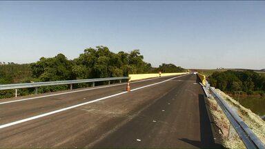 Nova ponte sobre o rio Ivaí é inaugurada entre Floresta e Campo Mourão - A obra, que começou em julho do ano passado, faz parte da duplicação da PR 317.